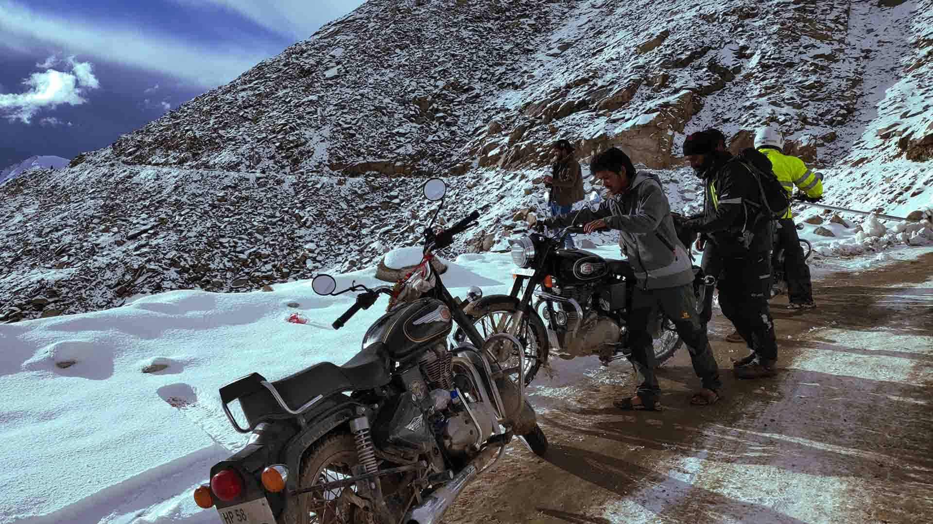 Motorcycle-tours-in-himalayas-ride